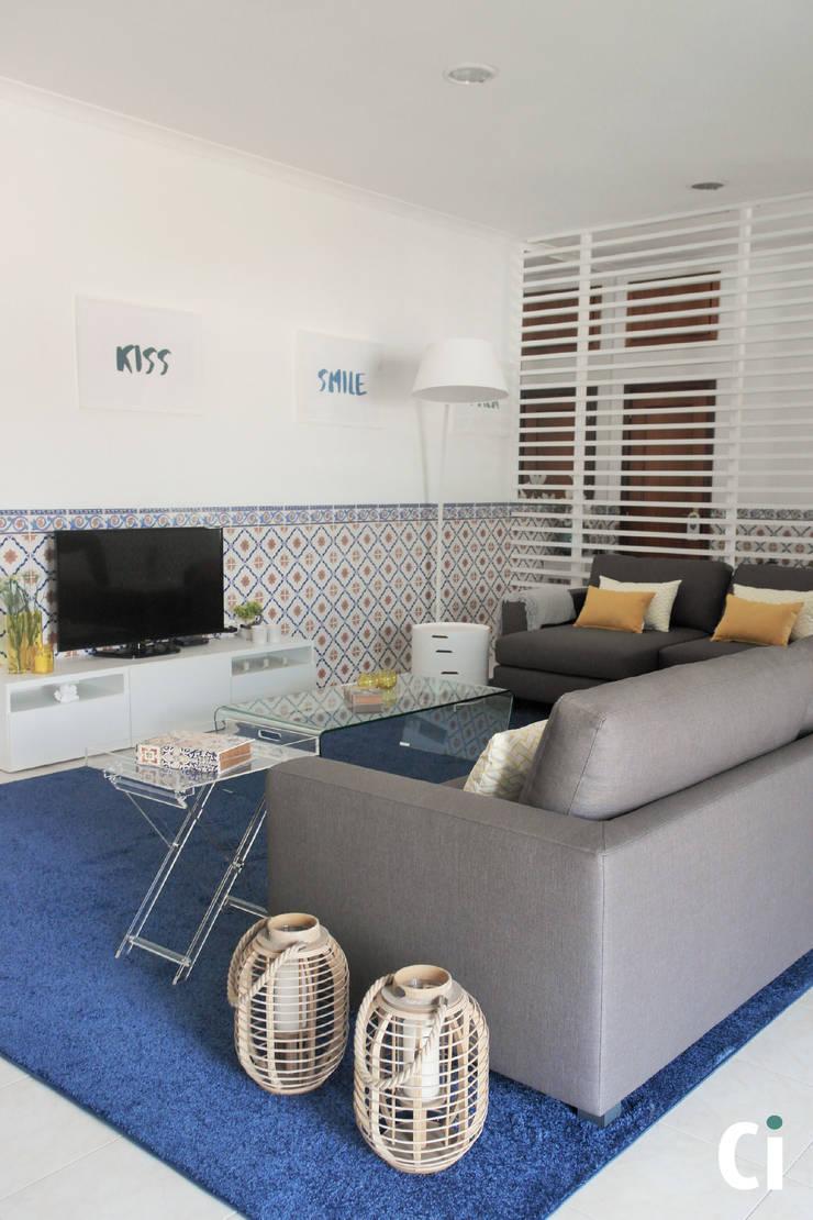 Sala de convívio familiar, 2015 – Braga: Salas de estar  por Ci interior decor