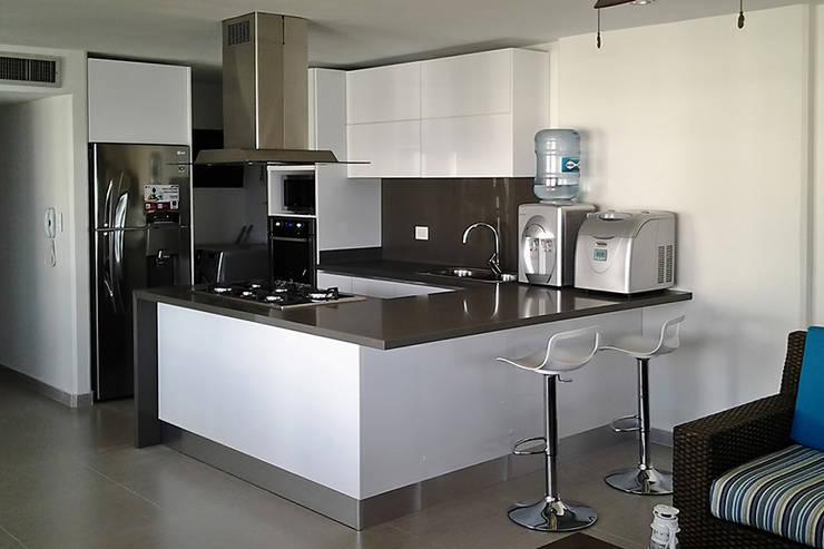 Vista general de la cocina integral: Cocinas de estilo  por Remodelar Proyectos Integrales, Moderno Tablero DM