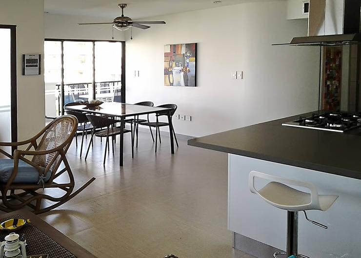 Zona social desde la barra de desayuno: Comedores de estilo  por Remodelar Proyectos Integrales, Moderno Cerámico