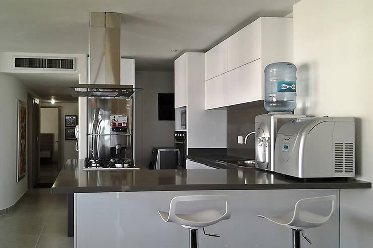 Vista de la cocina hacia el hall de alcobas: Cocinas de estilo  por Remodelar Proyectos Integrales, Moderno Cuarzo