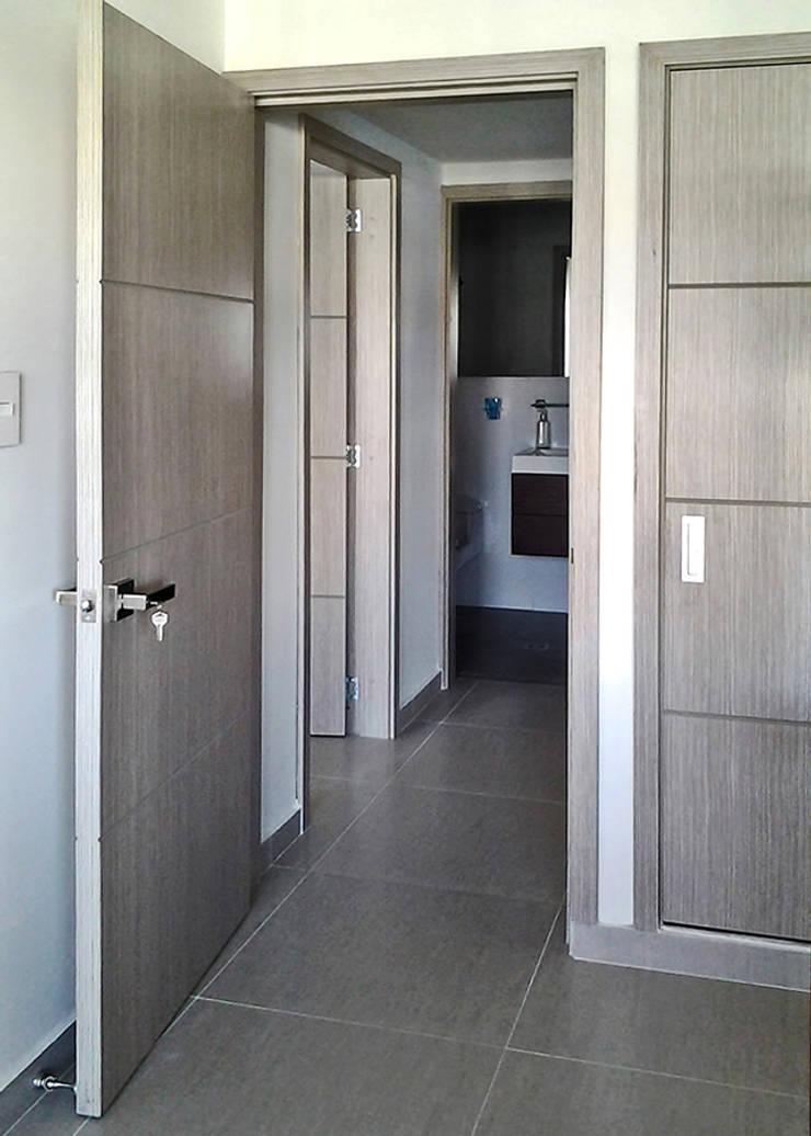 Carpintería en madera: Habitaciones de estilo  por Remodelar Proyectos Integrales, Moderno Tablero DM