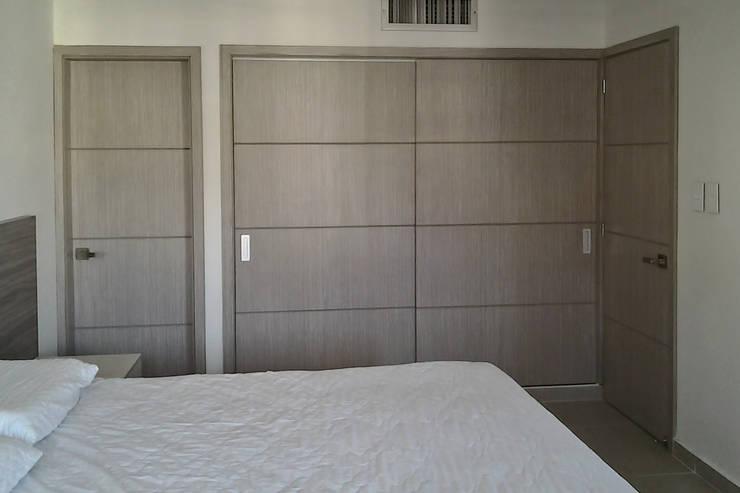 Closet alcoba principal: Habitaciones de estilo  por Remodelar Proyectos Integrales, Moderno Tablero DM