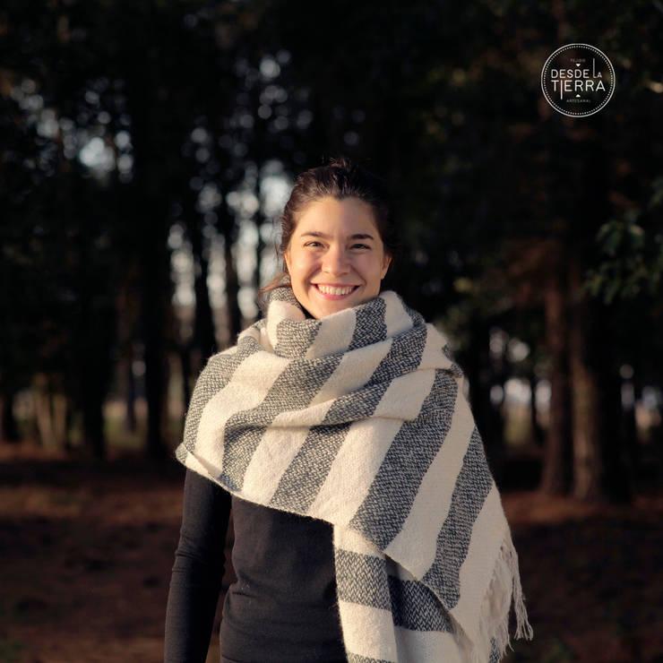 Manta Lana Mohair a rayas natural y gris: Hogar de estilo  por DESDE LA TIERRA