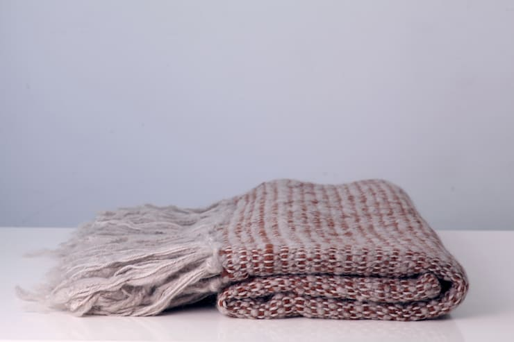 Manta Lana Mohair: Hogar de estilo  por DESDE LA TIERRA