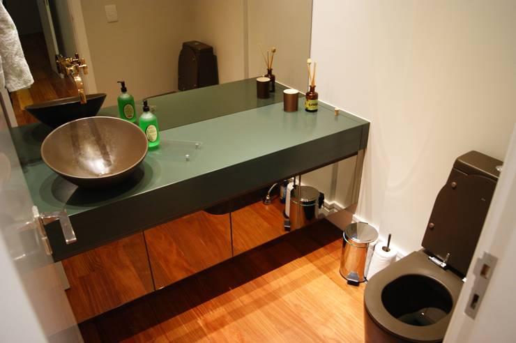 Apartamento: Banheiros  por Lozí - Projeto e Obra
