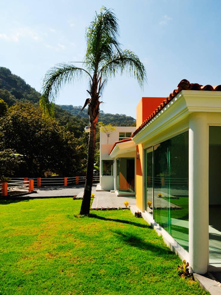 costado de ingreso: Casas de estilo  por Excelencia en Diseño