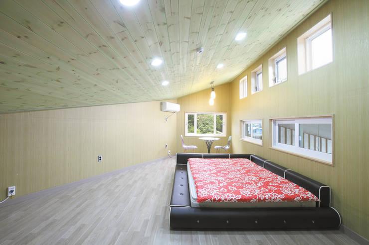 장성 동화 - 지형과 대지를 수용한 북미식 경량목구조주택: 꿈꾸는목수의  침실