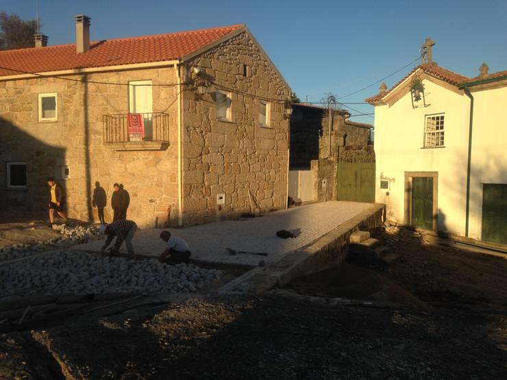 durante execução de obra: Casas  por ARKIVO