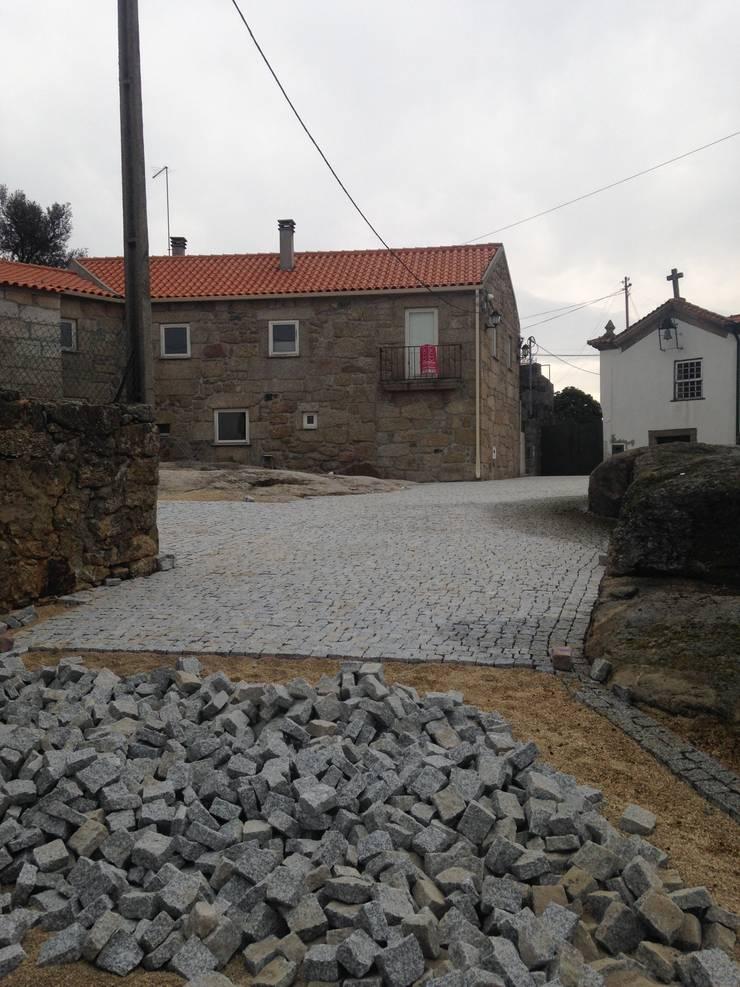 Requalificação Largo Diogo Osório – Lageosa do Mondego: Casas  por ARKIVO