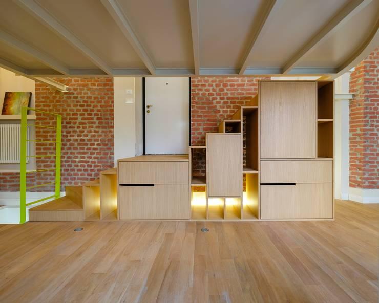 Loft [SAM]: Ingresso & Corridoio in stile  di Matteo Gattoni - Architetto