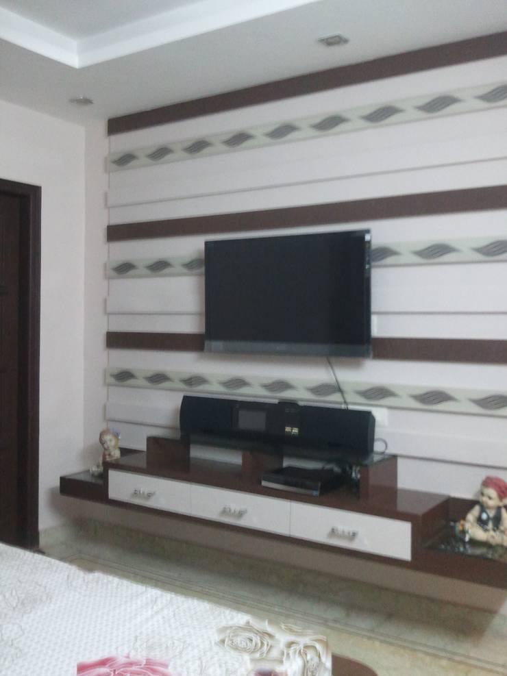 INTERIOR:  Bedroom by LEADING EDGE