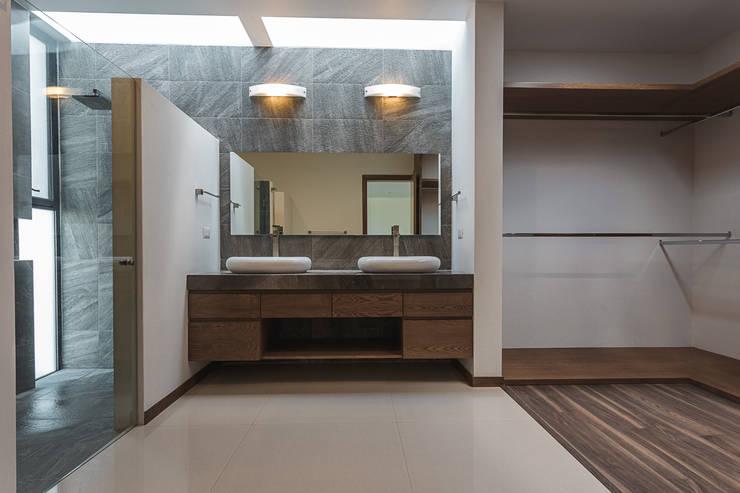 Bosques de Bugambilias: Baños de estilo  por 2M Arquitectura
