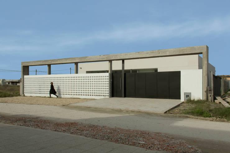 Frente Casa 460: Casas de estilo  por reimersrisso