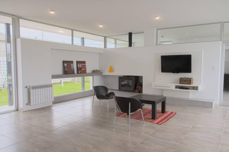 Casa 460: Livings de estilo minimalista por reimersrisso
