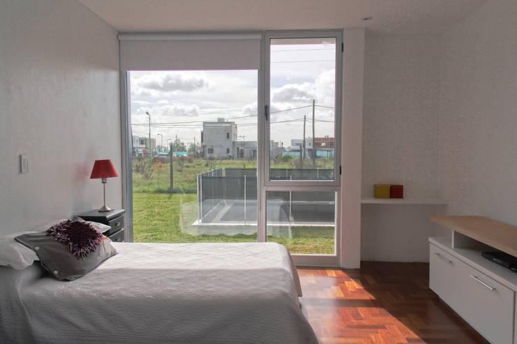 Casa 460: Dormitorios de estilo  por reimersrisso