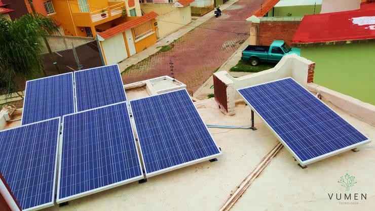 6 paneles de 260 watts: Casas de estilo  por Vumen