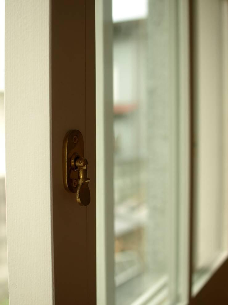 建具金物: アトリエdoor一級建築士事務所が手掛けた窓です。