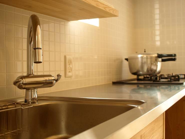 造作キッチン: アトリエdoor一級建築士事務所が手掛けたキッチンです。