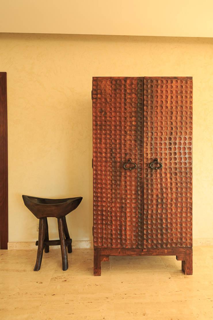 Moradia Algarve 2012: Corredores e halls de entrada  por Atelier  Ana Leonor Rocha