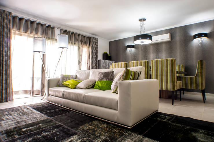 Moradia 19 Algarve 2013: Salas de estar  por Atelier  Ana Leonor Rocha