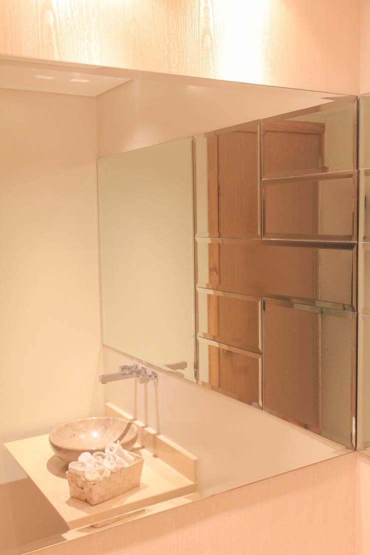 Acento en baño social: Baños de estilo  por Monica Saravia