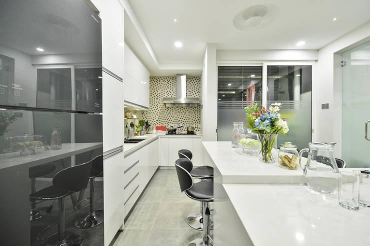 Ultramodern Loft | CONDOMINIUM: modern Kitchen by Design Spirits