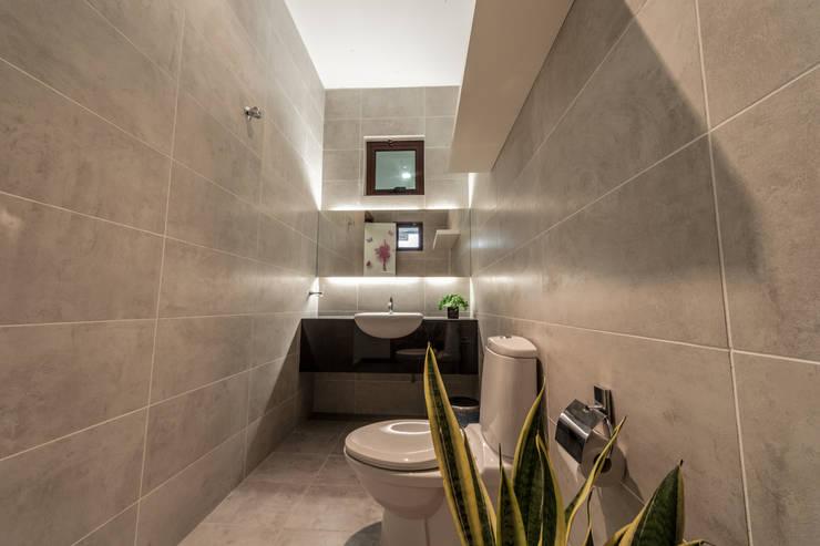 Baños de estilo  por Design Spirits