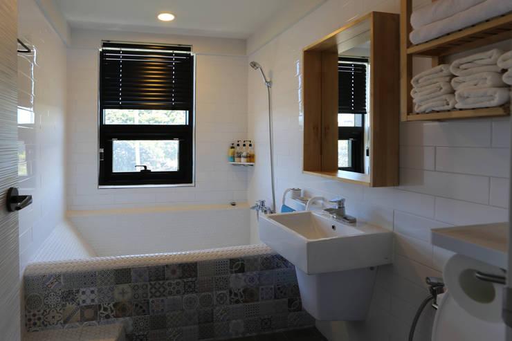 Bathroom by 아키제주 건축사사무소