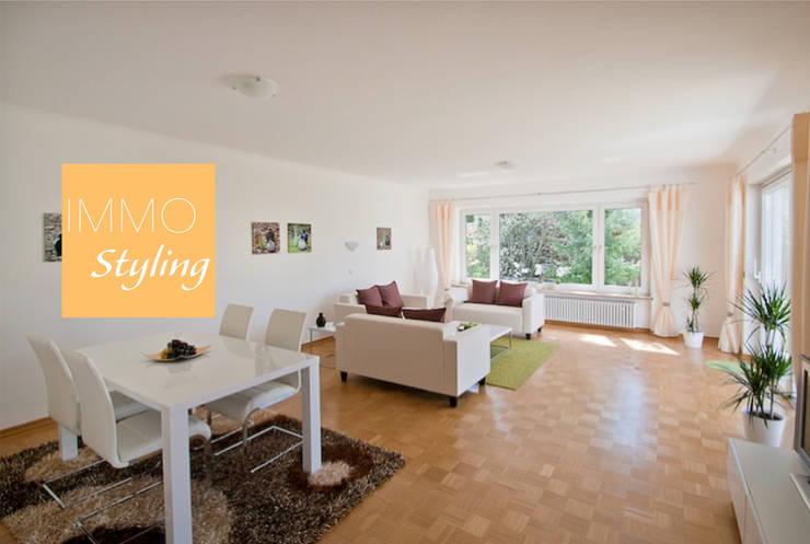 Wohnzimmer: moderne Wohnzimmer von IMMOstyling - DIE Homestaging Agentur