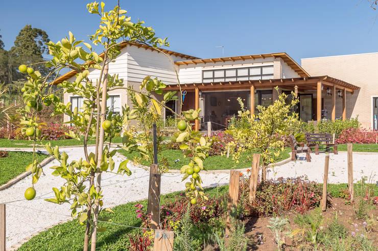 Casas de estilo rural por Juliana Lahóz Arquitetura