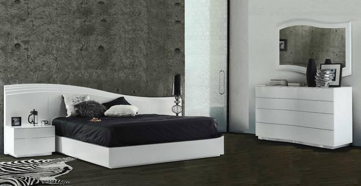 Mobiliário de quarto Bedroom furniture www.intense-mobiliario.com  AAWS http://intense-mobiliario.com/pt/quartos/6829-quarto-aaws.html: Quarto  por Intense mobiliário e interiores;