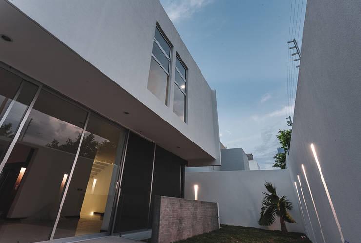 Rioja 103: Jardines de estilo  por 2M Arquitectura