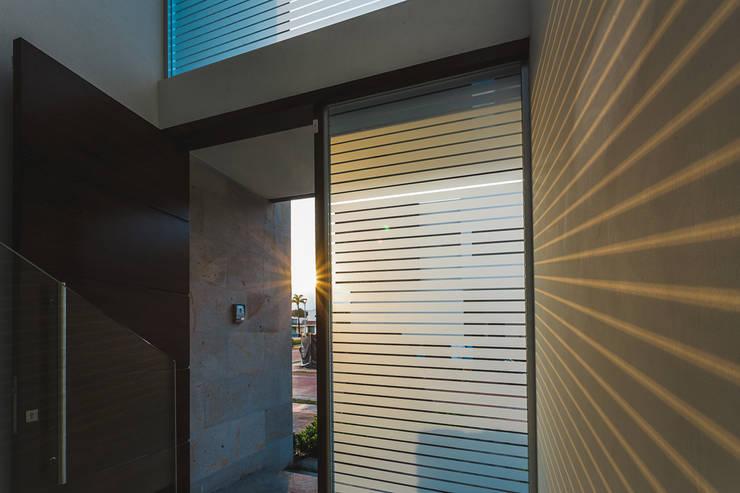 Rioja 103: Ventanas de estilo  por 2M Arquitectura