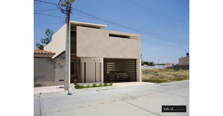 CASA FLH: Casas de estilo  por lab d arquitectura