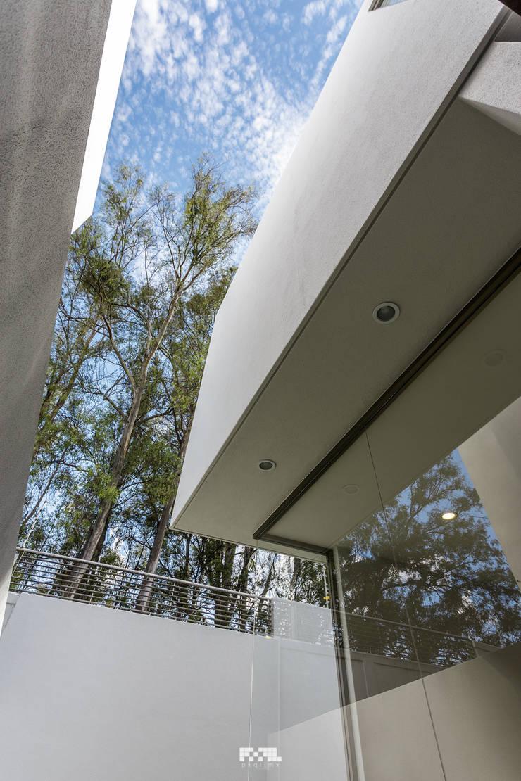 Solares 132: Ventanas de estilo  por 2M Arquitectura