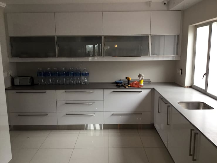 Project : Martin:  Kitchen by Capital Kitchens cc, Modern