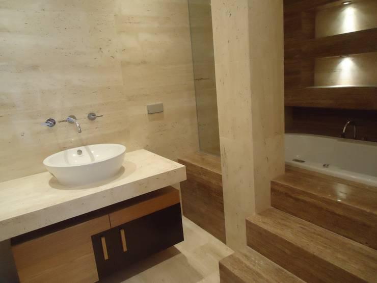 Moradia Sintra 2013: Casas de banho  por Atelier  Ana Leonor Rocha
