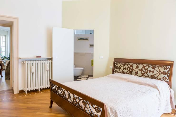 Camera da letto: Camera da letto in stile  di Manuel Benedikter Architekt