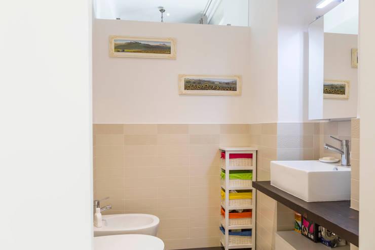 Bagno di servizio: Bagno in stile  di Manuel Benedikter Architekt