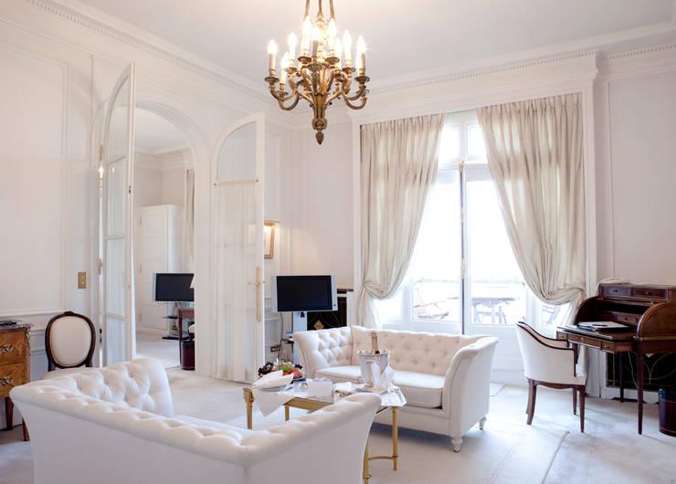 Salas de estilo clásico por Gracious Luxury Interiors