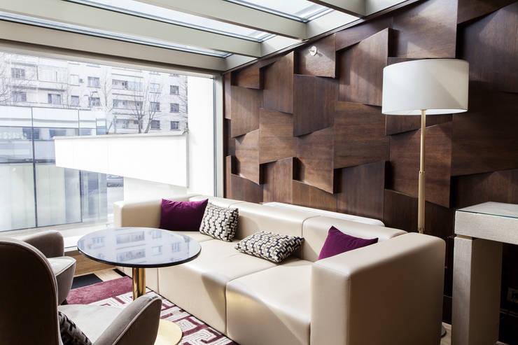 Salas / recibidores de estilo  por Gracious Luxury Interiors