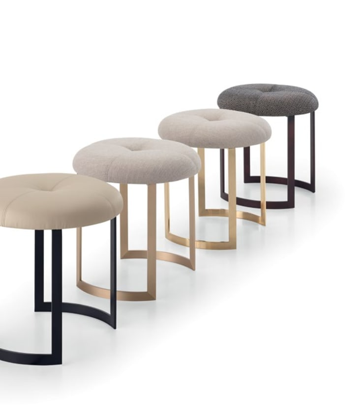 Moon Stool: Sala de estar  por HMD Interiors
