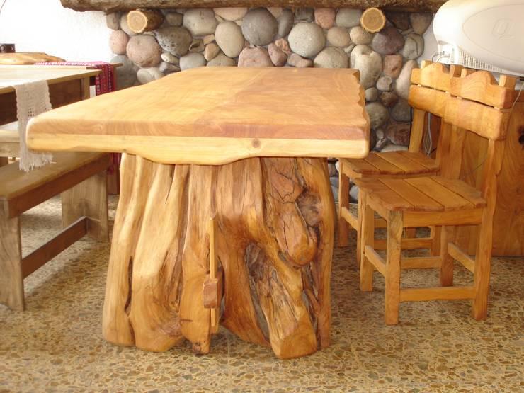 Mesa y sillas: Cocinas de estilo rústico por Enrique Ramirez Muebles artesanales