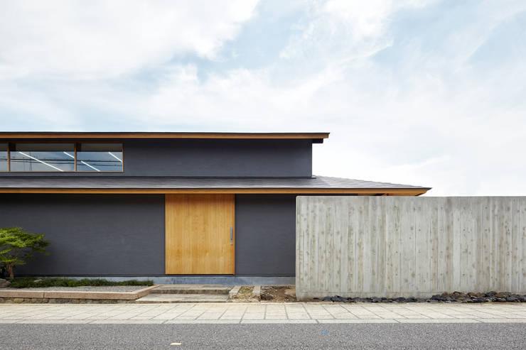 西国街道沿いに面したファサード: 一級建築士事務所 こよりが手掛けた家です。