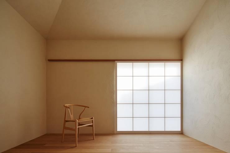 漆喰仕上: 一級建築士事務所 こよりが手掛けた寝室です。