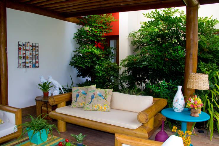 Balcones y terrazas de estilo  por Tânia Póvoa Arquitetura e Decoração
