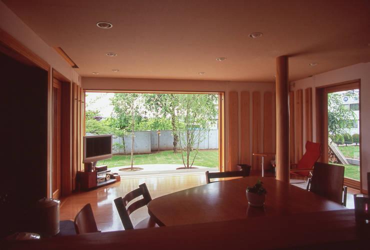 Ruang Keluarga by (株)独楽蔵 KOMAGURA