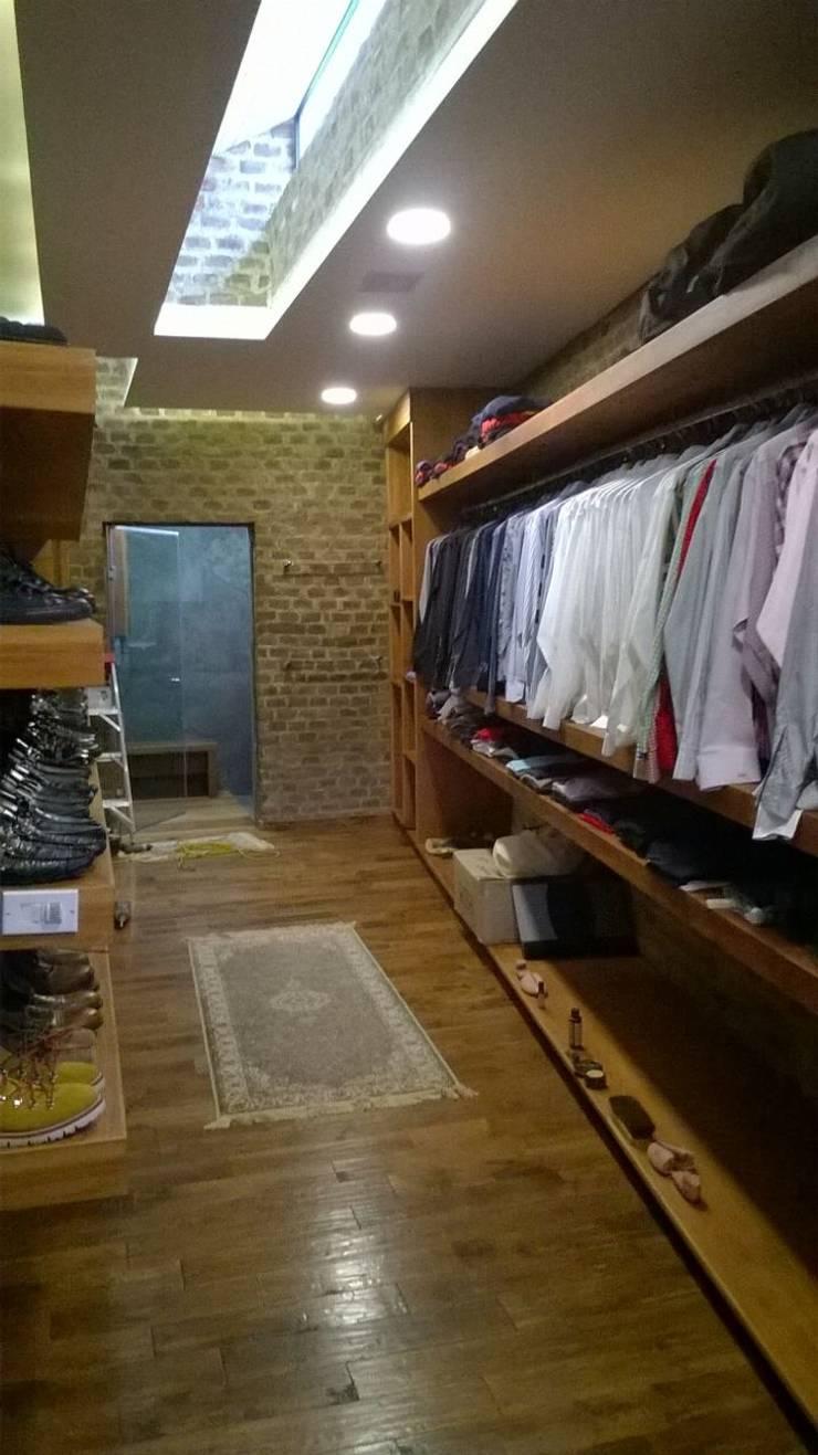 Residencia en Mision Cañada Leon, Gto: Vestidores y closets de estilo  por KON-MADE s.a de c.v