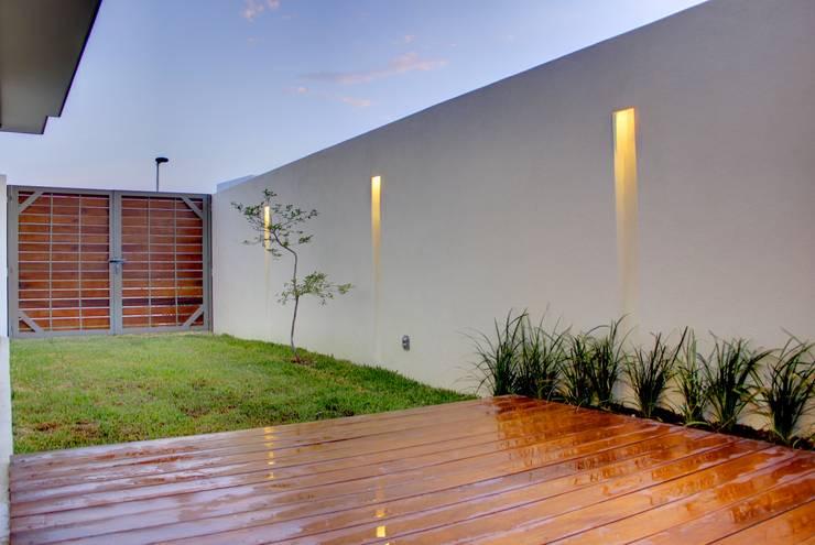 Valle Imperial 212: Terrazas de estilo  por 2M Arquitectura