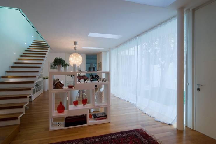 Corridor & hallway by ALDENA, Modern